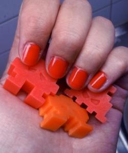 """Hemmasnickrade Soap Invaders & matchande nagellack """"Paris"""" från Mavala."""
